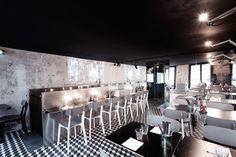Black ceiling interior design in Paris New York restaurant Restaurant New York, Cafe Restaurant, White Restaurant, Restaurant Lighting, Restaurant Branding, Restaurant Interior Design, Cafe Interior, Restaurant Interiors, Design Blog