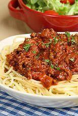 Bolognese / * 1 teentje knoflook * 1 ui * ½ winterwortel * 2 stengels bleekselderij * olijfolie * 500 g rundergehakt * 500 g rijpe tomaten of 1 blik tomaatblokjes * tijm en oregano * peper en zout * mespuntje suiker (of drupje honing) *1 el rode balsamicoazijn * geraspte Parmezaanse kaas Macaroni Pasta, Macaroni Recipes, Pasta Recipes, Dinner Recipes, Spaghetti Bolognese, Vegetarian Recepies, Healthy Recipes, Pasta Tomate, Pesto