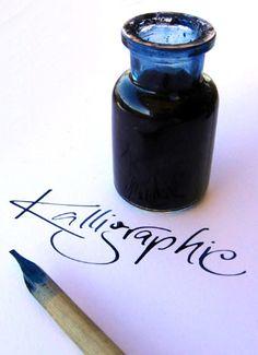 Schriftzug Kalligraphie, mit einer Rohrfeder und blauer Tinte geschrieben