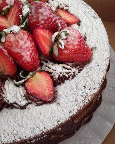 ! #chubbyvegan #vegan #cake #strawberry #chocoholic #veganfoodshare  Informações/encomendas: contato@chubbyvegan.net by chubbyvegan