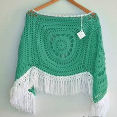 Poncho artesanal tejido en hilo