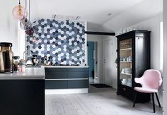 """117 Synes godt om, 2 kommentarer – Bolig Magasinet (@boligmagasinetdk) på Instagram: """"Vil du have personlig stil i køkkenet? Lad fliserne i køkkenet gå helt til loftet. Det giver et…"""""""