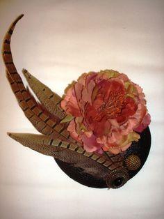 Y cosas bonitas Hat Boxes, Love Hat, Hat Pins, Kentucky Derby, Hats For Women, Feathers, Flowers, Vintage, Vestidos