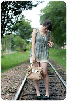 Look romântico com peças com reda shorts rendado e blusa verde com renda e transparência sapatilha verde
