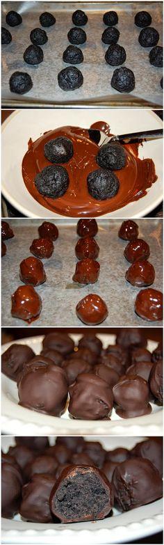 Oreo Balls (pueden ser tb bolitas de galletas con leche condensada y cubiertas en chocolate amargo en polvo :3)