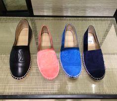 Image issue du site Web http://thefashionsupernova.com/wp-content/uploads/2014/11/chanel-espadrilles-suede-leather-navy-blue-pink-black.jpg
