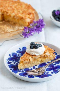 Toscakaka - schwedischer Mandel-Karamell-Kuchen. Das Kuchenrezept für die skandinavische Midsommar-Party gibts auf feedmeupbeforeyougogo.de. Besonders gut schmeckt das schwedische Gebäck mit Blaubeeren und Sahne. // Swedish almond cake with crunchy caramel topping #Toscakaka #Mandelkuchen #schwedisch #schwedischeRezepte #backen Mitsommer, schwedische Rezepte, schwedisch backen, Mandelkuchen mit Karamellkruste, süß, einfache Rezepte, schneller Kuchen, Blaubeeren, Foodblog, easy baking, recipe