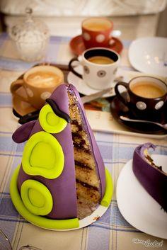 """It's the terrible «Purple Tentacle» back to take all our stomachs! Why? Because it's a cake!! It has been this weekend's project. We can't just stop loving 90's """"Day of the Tentacle"""" videogame.  Es el terrible «Tentáculo Púrpura» que vuelve para conquistar... nuestros estómagos! Por qué? Porque es una tarta!! Y es que no podemos de dejar de amar el videojuego de los 90's """"El Día del Tentáculo""""."""