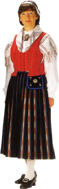 Lapua, Finland.Äidilläni ,KT, oli tämä puku.Hän teki sen itse Hämeenlinnan opettajaseminaarissa 1930-luvulla kankaiden kudontaa myöten.Vain liivin kangas hankittu valmiina.
