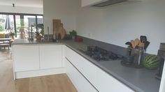 witte keuken, greeploos keramiek blad grijs, L vorm Decor, House, Interior, Kitchen Cabinets, Cabinet, New Homes, Home Decor, Kitchen Design