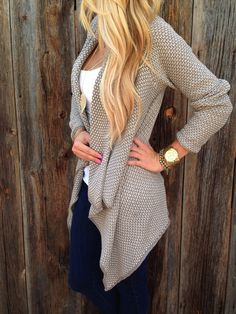 I like the colors and knit texture used for this cardigan. Also like the elegance and simplicity of the jewelry. Looks comfy!