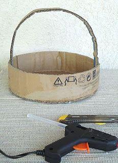 Como fazer uma cesta de páscoa à moda antiga Fazer e decorar uma cesta de páscoa pode ser um exercício de artesanato com reciclagem. Making An Old Fashioned, Wedding Gift Baskets, Trousseau Packing, Cardboard Box Crafts, Cardboard Furniture, Foam Crafts, Diy Crafts For Gifts, Flower Girl Basket, Basket Decoration