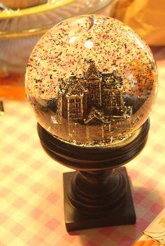 Haunted house 'bat' globe