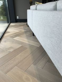 Visgraat eiken parket - All For House İdeas Grey Hardwood Floors, Timber Flooring, Dark Flooring, Dark Kitchen Floors, Flooring Ideas, Vinyl Flooring, Laminate Flooring, Kitchen Flooring, Planchers En Chevrons