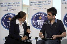 グルジアのバトゥーミ(Batumi)で、iPadのタイピング速度のギネス世界記録(Guinness World Record)に挑戦するミヘイル・サーカシビリ(Mikheil Saakashvili)大統領の息子のエドゥアルド・サーカシビリ(Eduard Saakashvili)くん(右、2011年7月5日撮影)。(c)AFP/IRAKLY GEDENIDZE ▼6Jul2011AFP|グルジア大統領の息子がiPadタイプ記録の世界王者に http://www.afpbb.com/articles/-/2811026 #Georgia #Gurcustan #Gurcistan #Georgie #Georgien #Batumi #Saakashvili #Eduard_Saakashvili #iPad #Guinness_World_Record