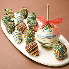 Rocky Mountain Chocolate Factory Birthday Truffle themed chocolate dipped strawberries and caramel apple. Chocolate Covered Apples, Chocolate Dipped, Homemade Chocolate, Chocolate Making, Chocolate Blanco, Chocolate Desserts, Chocolates, Yummy Treats, Sweet Treats