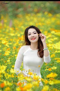 Vietnamese long dress Beautiful Girl Image, Beautiful Asian Women, Beautiful People, Vietnamese Traditional Dress, Traditional Dresses, Asian Woman, Asian Girl, Hollywood Actress Pics, Pretty Asian