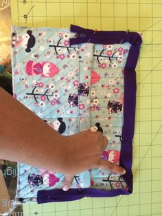 Bag patterns- show off your laptop with this easy quilted laptop case tutorial. Comes with measurements and pictures to help guide you through. Bag Patterns To Sew, Sewing Patterns, Zipper Face, Diy Laptop, Ipad Bag, Pouch Tutorial, Fabric Bags, Little Bag, Sewing Projects
