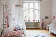 Pokój dziewczynki z łóżkiem z baldachimem