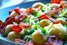Her er den bedste opskrift på salat med kartofler med spidskål, der er en virkelig god sommersalat. I salaten kommes også sprøde skiver af bacon og lidt persille, og det hele vendes med en citronolie. Salat Potato Salad, Tapas, Delish, Bacon, Grilling, Veggies, Food And Drink, Brunch, Snacks