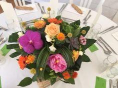 centre de table pour mariage coloré à base de pivoine, orchidée, hortensia et fleurs de saison