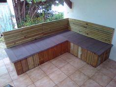 Salon de jardin en bois de recyclage, dimension 160 cm x 220 cm, assise 60 cm. manques plus que les coussins.