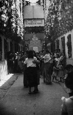 """Madrid's verbena at August, in honor to """"Virgin of the Dove"""" / Verbena en Madrid, durante las fiestas de la Virgen de la Paloma."""