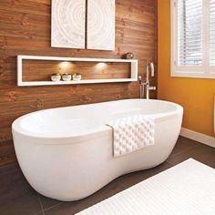 You will also like: Wood wall to wall in the bathroom - ®copyright Éditions Pratico-Pratiques / Fitting out: Karine Boivin, designer, 418 Bathroom Spa, Bathroom Wall Decor, Master Bathroom, Bathroom Ideas, Bathroom Cleaning Hacks, Diy Cleaning Products, Cleaning Tips, Basement Remodeling, Bathroom Renovations