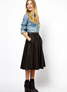 デニムシャツ×黒レザースカートのガーリーカジュアルコーデ(レディース)海外スナップ | MILANDA