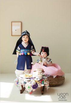 Korean Hanbok, Korean Dress, Creative Portrait Photography, Creative Portraits, Korean Traditional Dress, Traditional Dresses, Korean Photo, Flower Background Wallpaper, Korean Babies