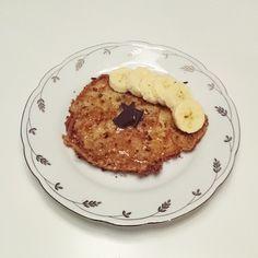 Bananpannkaka  2 st  1 stor banan  2 ägg  Mixa i en blender eller med en stavmixer. Stek i smör på medelhög värme tills smeten stelnar och vänd försiktigt. Servera med valfritt tillbehör. På bilden, honung, banan och riven mörk choklad.  #bananpannkaka #banan #pannkaka #pancake #frukost #breakfast #glutenfritt #laktosfritt #lowcarb #nyttigt #gott #gul #foodporn #recept #gott #matrecept #mat #glutenfri #laktosfri #smalmat #recipes #cooking