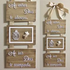 #PlacaBoasVindas #DeusAbençoe  #PlacaDecorativa #Decoração Router Projects, Wood Projects, Projects To Try, Wood Crafts, Diy And Crafts, Arts And Crafts, Decoupage Vintage, Miniature Kitchen, Craft Sale