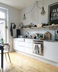 A la hora de decorar las paredes de una cocina, siempre nos surgen dudas acerca de los elementos acolocar, siendo los más comunes; relojes y cuadros con motivos propios de la cocina. ¿Por qué no i…