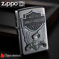 Zippo Made in USA Brushed Chrome este o bricheta Zippo originala ce are aplicata  emblema Harley Davidson cu sigla, vulturul si inscriptia Made in USA. Doua dintre cele mai mari branduri din lume s-au unit, iar rezultatul este unul impresionant.