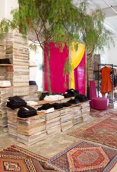 Perth Pop-UP Amalia: diseño creativo y original por el arbol que hay en la tienda, por los muebles de madera que sostienen los productos, por el colorido de la tienda..