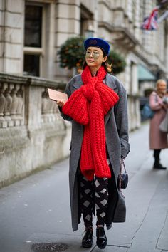The Street Style Crowd Was All About Tonal-Blocking on Day 5 of London Fashion Week - Fashionista Autumn Street Style, Street Style Looks, Satin Jackets, Style Snaps, Shades Of White, Cool Street Fashion, London Fashion, Plaid Scarf, Crowd
