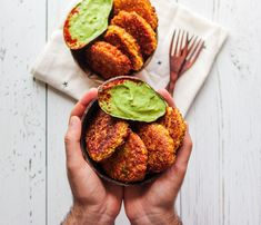 Spicy Corn Fritters with Avocado Basil Dip 🌶🌽 Get the recipe via our bio link! Bring these crunchy spicy fritters to your work events,… Easy Delicious Recipes, Yummy Food, Healthy Recipes, Bar Recipes, Vegan Life, Raw Vegan, Vegan Apps, Corn Fritters, Vegan Snacks