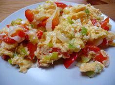 Recetas por puntos: RECETAS POR PUNTOS DE HUEVOS REVUELTOS CON PIMIENTOS ROJOS: Ingredientes: para 4 personas 8 huevos (16 PUNTOS) 2 pimientos rojos (0 PUNTOS) 1 pimiento verde (0 PUNTOS) 1 cebolla (0 PUNTOS) 2 cdas. de aceite de oliva (6 PUNTOS) 200 grs. de tomate natural (0 PUNTOS) Pimienta (0 PUNTOS) 4 dientes de ajo (0 PUNTOS)  Sal (0 PUNTOS)