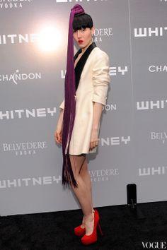 Для вечеринки Whitney Art Party Мишель выбрала черно-белый смокинг и головной убор с бахромой Piers Atkinson