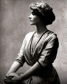 """Portrait of a young Gabrielle """"Coco"""" Chanel in 1910 Besuche unseren Shop, wenn es nicht unbedingt Chanel sein muss.... ;-)"""