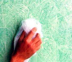"""""""trapeado"""" Esta técnica consiste en aplicar la pintura sobre la pared con una brocha y luego extenderla con un trapo arrugado. Es una técnica muy utilizada cuando tenemos muros con superficies imperfectas. Deben ejecutarse con dos personas a la vez para realizar el procedimiento, una para que pinte con brocha y la otra esparza con el trapo. se consigue el efecto: Con golpes suaves en la pared, frotando el lienzo o haciéndolo rotar con las formas que hayas pensado."""