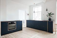 Reform's Basis kitchen design in linoleum in color 'Smokey Blue' with natural oak handles and edges. It's an IKEA hack. Kitchen Furniture, Kitchen Interior, Kitchen Dining, Kitchen Cabinets, Classical Kitchen, Kitchen Fixtures, Cuisines Design, Ibs, Ikea Hack