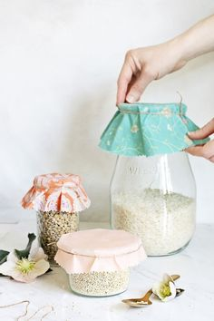 Mar 16, 2019 - Trying to cut down on plastic? Or maybe you want to aim for a zero waste kitchen? This DIY beeswax wrap tutorial is for you. Healthy Foods To Eat, Healthy Life, Healthy Recipes, Beauty Essentials, Diy Beeswax Wrap, Bees Wax Wraps, Pinking Shears, Fabric Shears, Homemade Beauty Products
