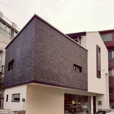 """좋아요 2개, 댓글 1개 - Instagram의 SPACE35(@space35_)님: """"SPACE35  #광명 #주택 #협소주택 #광명협소주택 #sbs좋은아침하우스 #하우스 #SPACE35 #house #small #architecture #건축 #설계 #디자인…"""" Garage Doors, Louvre, Mansions, House Styles, Building, Outdoor Decor, Travel, Home Decor, Viajes"""