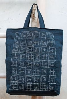 Such a fun way to practice Sashiko! Almost like a sampler.Sashiko, hand stitching is a nice, special touch to a handmade bag.Denim purse with sashimi embroideryCombining different sashiko patterns.La section Sashiko - chez maria O Sashiko Embroidery, Japanese Embroidery, Embroidery Stitches, Hand Embroidery, Embroidery Designs, Embroidery Scissors, Machine Embroidery, Sacs Tote Bags, Reusable Tote Bags