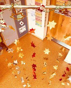 """Lehrerin ✨ auf Instagram: """"Wenn man bei uns ins Klassenzimmer kommt steht man direkt vor unserem Sternenvorhang, welchen die Kinder heute gebastelt haben und auf…"""" Held, School, Christmas, Instagram, Class Room, Teachers, First Grade, Crafting, Kids"""