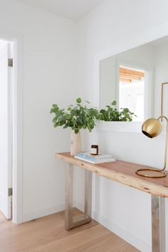 These chic and practical entryway ideas are guaranteed to spruce up your foyer and make a great impression on your guests. Click through for 15 ways to style your entryway. Hallway Inspiration, Home Decor Inspiration, Design Inspiration, Design Ideas, Ikea Entryway, Entryway Ideas, Entryway Lighting, Entrance Ideas, Entrance Decor