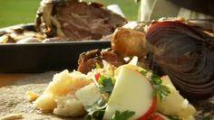 Langtidsstegt lammekølle er dejlig gæstemad eller oplagt til påskemiddagen. Kødet bliver mørt og saftigt og serveres her med en lun salat af persillerødder