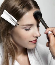 Professional makeup artist shares her best tips and brush recommendations for applying foundation. If you have issues with coverage, streaking, cakey patches, etc- this is an absolute MUST-PIN! All Things Beauty, Beauty Make Up, Diy Beauty, Beauty Skin, Beauty Hacks, Makeup Tricks, Diy Makeup, Makeup Brush, Makeup Tools