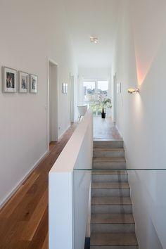 Haus L. - großzügiger Flur mit Luftraum und Ausblick - stkn architekten